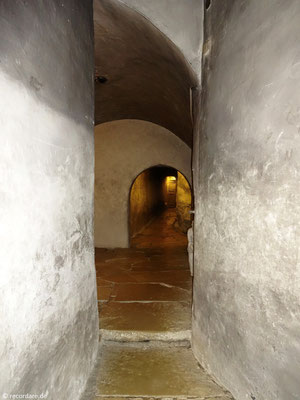 Die Gänge stammen noch von der alten Burganlage