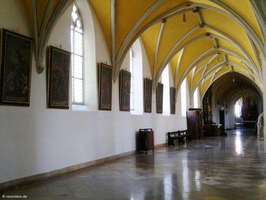 Seitenschiff mit gotischem Strebewerk