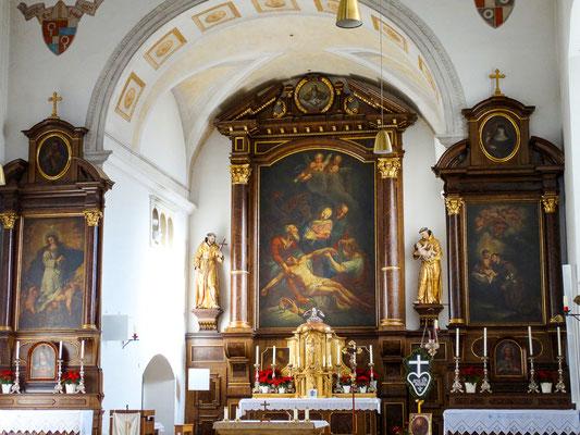 Hochaltar mit Seitenaltären Maria Immaculata (links) und Antoniusaltar (rechts)