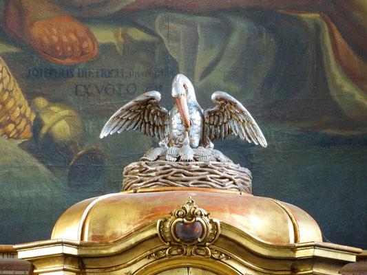 Pelikanfigur als Symbol für den Kreuzestod Christi