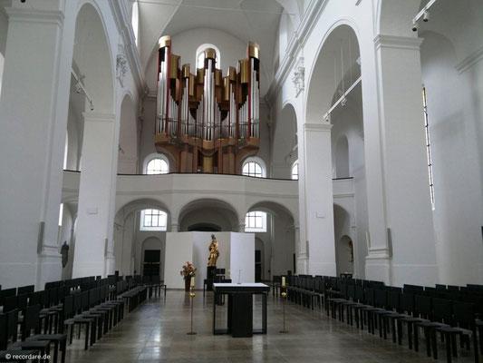 Blick durch den Kirchenraum zur Orgelempore