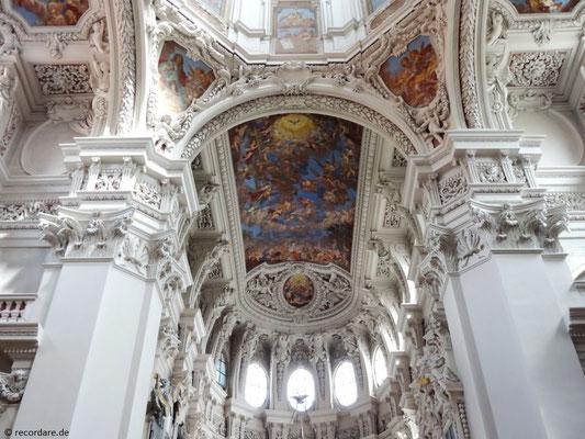 """Übergroßes Fresko """"Steinigung des Hl. Stephanus, der den Himmel über sich geöffnet sieht"""" im Chorraum von C. Tencalla"""