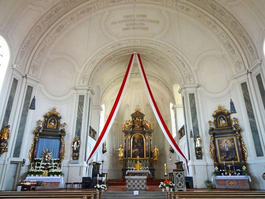 Blick durch den Kirchenraum
