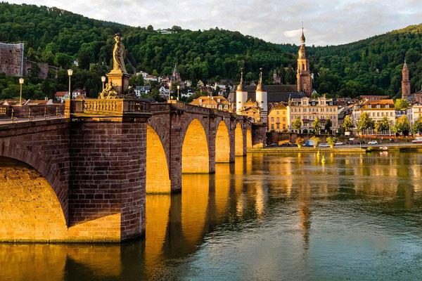 Alte Brücke im Morgenlicht.