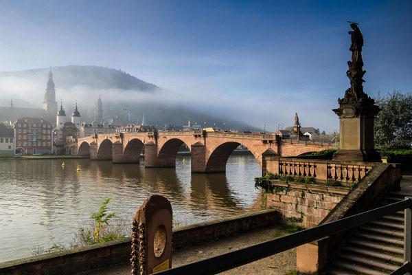 Alte Brücke im Herbstnebel.