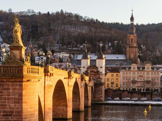 Alte Brücke im Abendlicht.