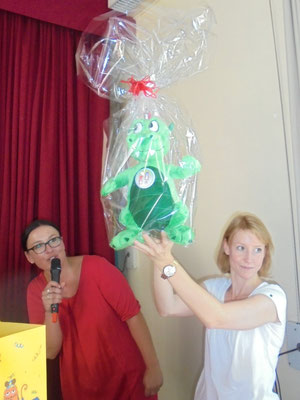 """Fördervereins-Vorsitzende Jessica Ulrich und Schulelternbeitratsvorsitzende Julia Wurstner (v.l.) präsentieren das neue Schulmaskottchen """"Aloga"""""""