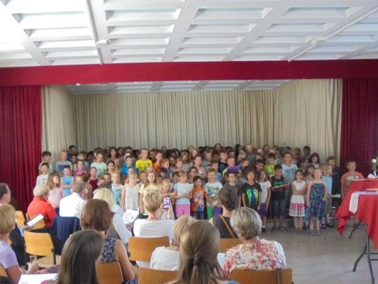 """Die Grundschüler brachten """"ihrem Förderverein"""" ein Geburtstagsständchen"""