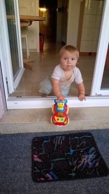 Samuel mit seinem Lieblingsauto