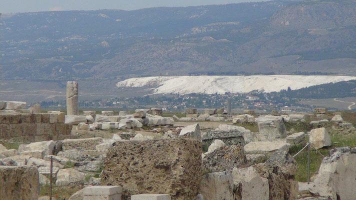 Laodicea. Blick auf Pamukkale Heißwasserquellen