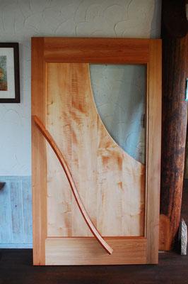 厚さ80ミリの枠に鏡板はバイオリンと同じ材料のカーリーメイプル2枚の間に防音シートを挟みこみ、ガラスも防音ガラス