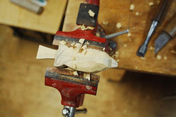 製作中の木彫小鳥