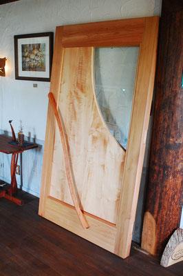 カーリーメイプルのキラキラしたチヂミ杢。厚さも通常の玄関ドアの2倍、60キロくらいはあります。