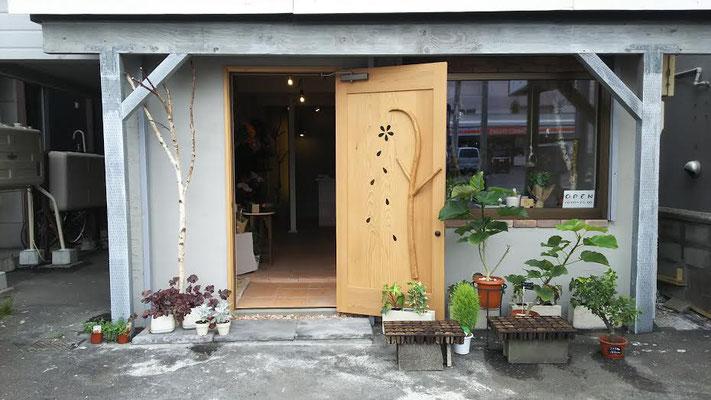 クリア仕上げのドア本体とグリーンの相性もグッドです