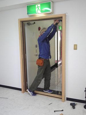 ドア枠の取り付け。枠にはマグネットパッキンを仕込みドアを閉めた時貼り付いて密着します。