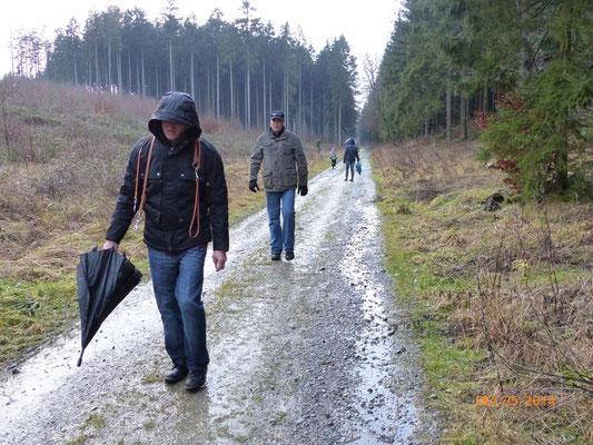 die 2-beinige Familie bei Schmuddelwetter im Wald