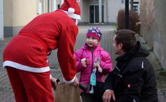 Weihnachtsmann in der Poststraße 2015 Heimatverein Wünschendorf an der Elster
