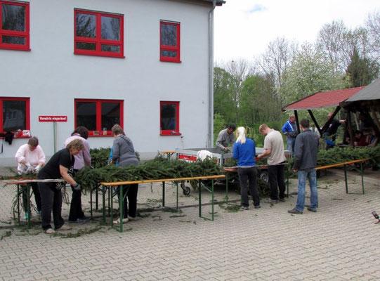 Der Kranz wird gebunden in Wünschendorf