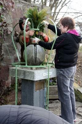 Wünschendorf: Osterbrunnen schmücken am 21.03.2015 in Wünschendorf an der Elster