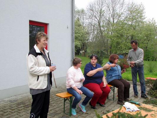Wünschendorf: Kranz binden für den Maibaum (Wünschendorf/Elster)