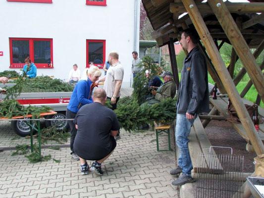 Wünschendorf an der Elster: Kranzbinden für den Maibaum