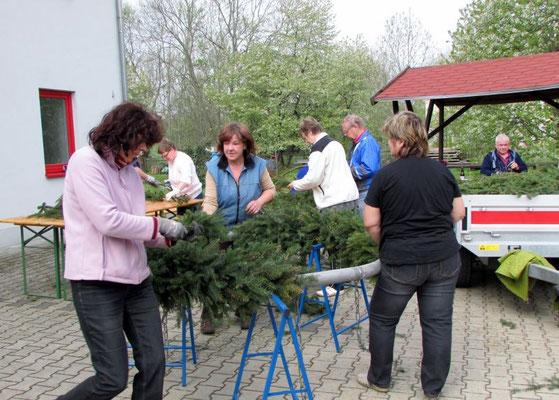 In Wünschendorf an der Elster wird der Kranz für den Maibaum gefertigt