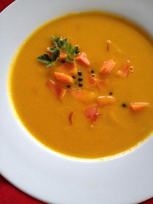 Karottensuppchen mit Papayaeinlage