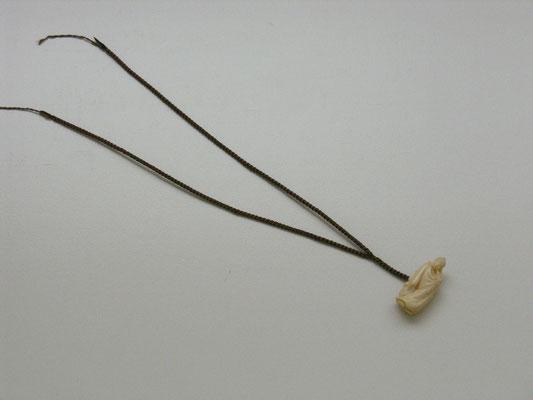 全体 紐の端についている糸は、使用時の通し易さを考えて。