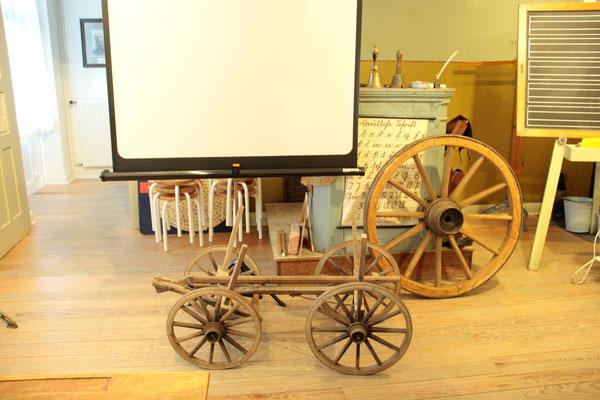 Aus der Museums-Stellmacherwerkstatt in den Vorführraum gerollt wurden typische Erzeugnisse des Stellmachers