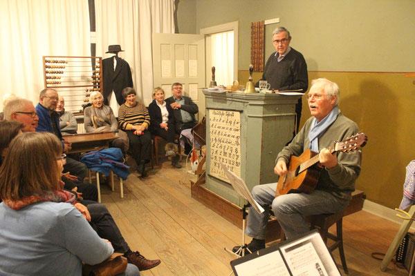 Musiker: Hans-Joachim Michaelsen unterhielt die Gäste des Liederabends mit Dönsches aus seiner Kindheit im Schulhaus und Hans-Peter Lindner griff zu plattdeutschen Liedern in die Saiten seiner Gitarre.