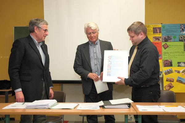 HJM wird ab sofort Ehrenvorsitzender des Fördervereins - eine Urkunde bezeugt die Ernennung