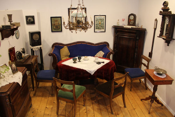 Wer sein Frühstück mitbringt, kann dies stilvoll in der guten Stube des Dorf- und Schulmuseums wie vor 100 Jahren genießen. Bis zehn Uhr muss das Museum wieder verlassen werden