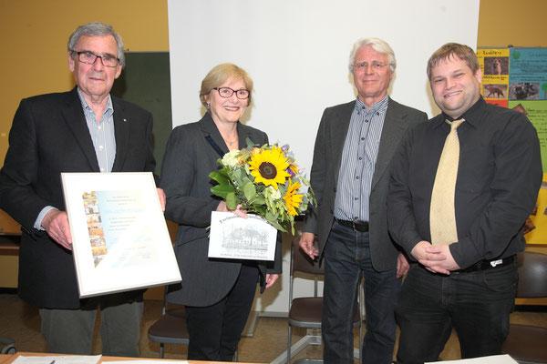 Auch HJMs Ehefrau Marianne wurde für ihren Einsatz im Museum mit einem Blumenstrauß geehrt. Außerdem dürfen sich die beiden über Verzehrgutscheine ihres Lieblingsrestaurants Gosch auf Sylt freuen