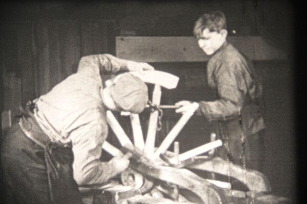 Die gebogenen Stücke der Lauffläche werden auf die Speichen gesteckt
