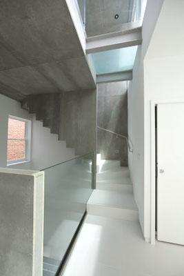 Zementgebundene Spanplatte grau, Treppenhaus