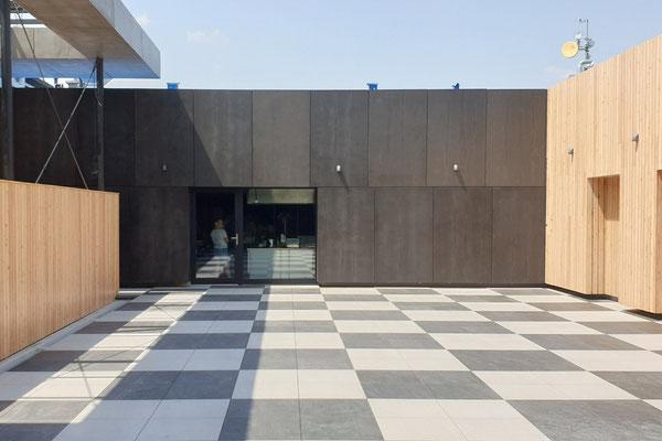 Zementgebudnene Spanplatten schwarz, Fassade
