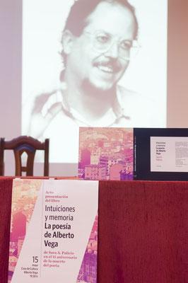 La mesa del escenario antes del comienzo del acto / © Ana Isabel Jambrina Huete