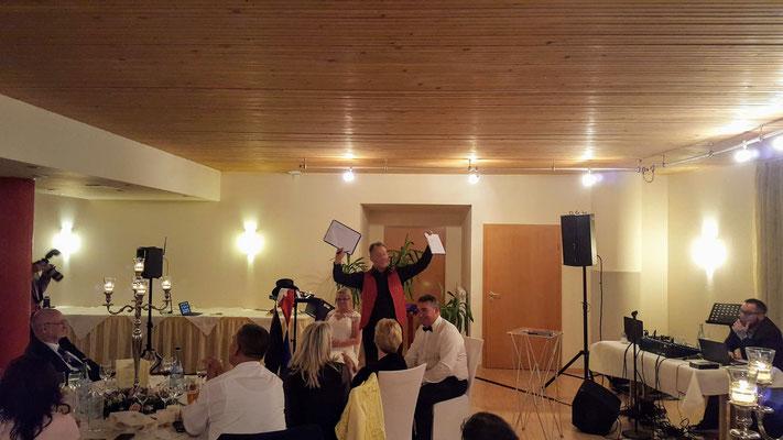 Hochzeitszauberer für die Region Stuttgart fasziniert auch auf Ihrer Hochzeit mit seiner Zaubershow als Stand-Up und Close-Up Show in Stuttgart. Kombinieren Sie die Zauberei auch mit einem Fotoshooting oder unserem DJ Service für Ihre Hochzeitsfeier.