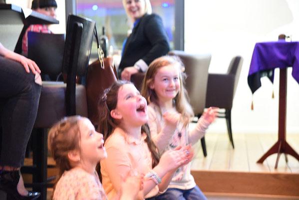 Weihnachtsfeier bei Madsack. Neben einem Göckeleswagen wurden die Gäste bestens bewirtet und verzaubert. Die Unternehmergattin, aber auch alle anderen Gäste kamen aus dem staunen nicht mehr raus.  Fazit: Die stand up und auch close up Zaubershow war ein v