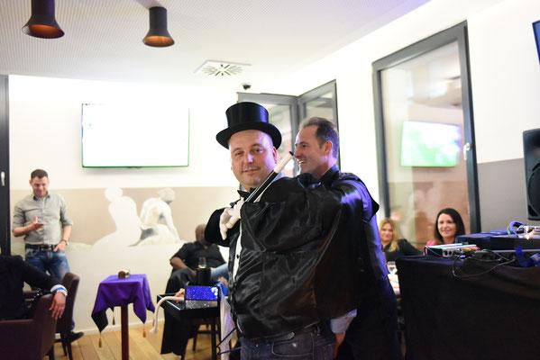 Der Zauberer Oberderdingen ist immer ein Highlight, auch in Ötisheim, Ölbronn-Dürrn, Knittlingen und Kieselbronn. Der Zauberkünstler & Magier fasziniert mit seiner Mentalshow auf jedem Event. Seine Tischzauberei und Kinderzaubershow ist einzigartig.