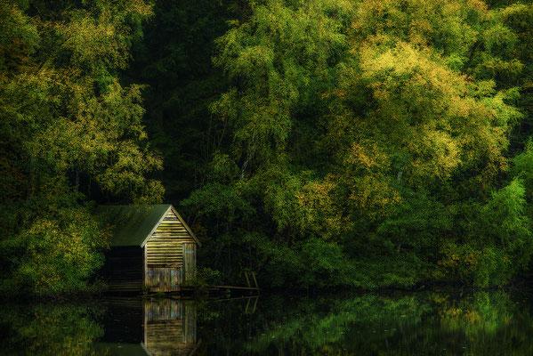 Bootshaus im Herbst, Landschaftsfoto von Jürgen Müller
