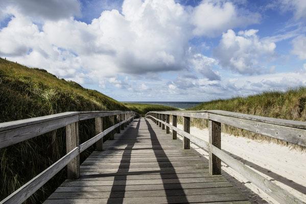 Holzsteg zum Strand, Wenningstedt, Sylt,  Landschaftsfoto von Jürgen Müller