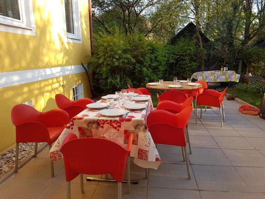 Auf der Terrasse kann man bereits zeitig im Frühjahr und is spät in den Herbst hinein geschützt sitzen.