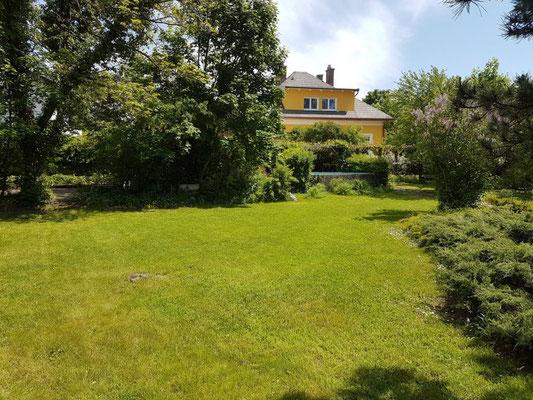 Der Blick vom Garten auf das Haus.