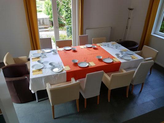 Es ist Platz für eine großzügige Tafel für 12-16 Personen.
