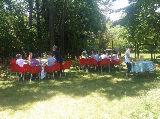 Im Sommer verlegen wir gerne unsere Tafel in den Schatten der Bäume.