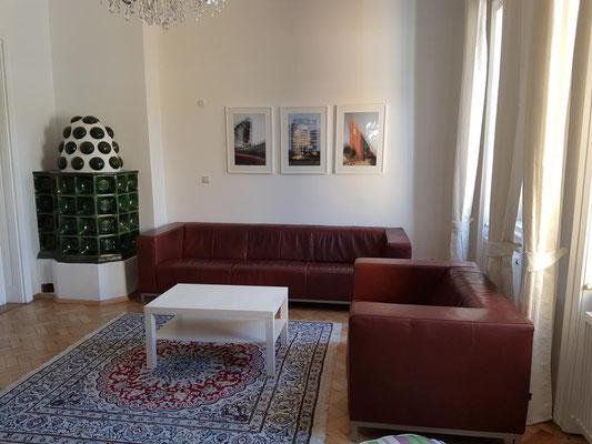 Das Wohnzimmer ist gemütlich eingerichtet mit Sofas für viele Personen.