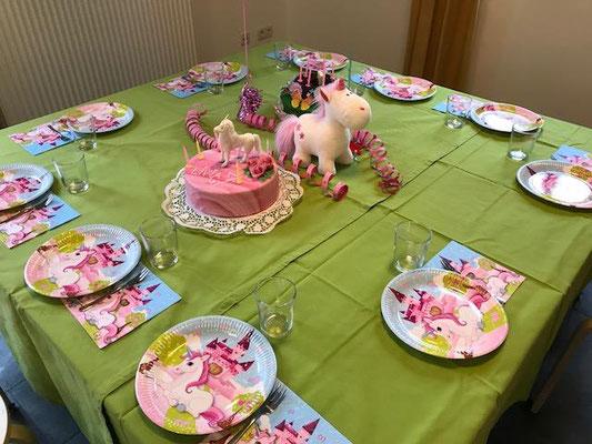 Geburtstagstisch bei der Einhornparty (Kuchen wurde mitgebracht).