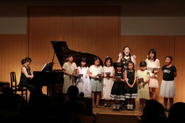 坂本雅子さんと一緒に「花は咲く」を歌いました。