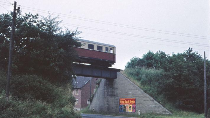 Die Brücke der Kreisbahn mit Personenwagen